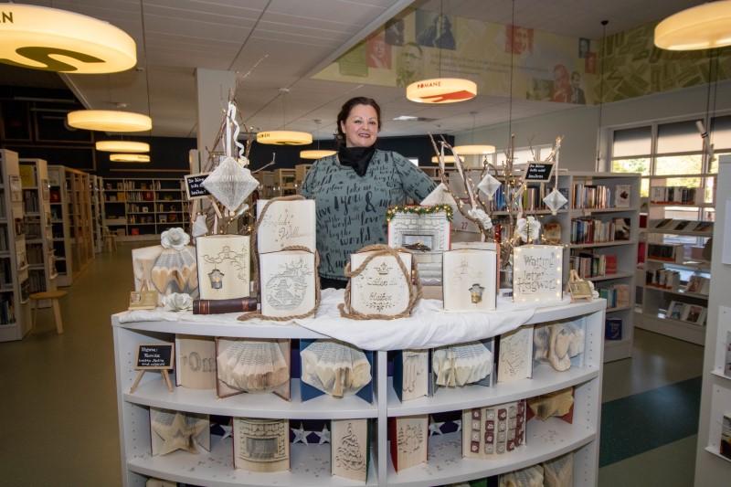 Kathrin Herbig mit ihrer Buchfaltkunst