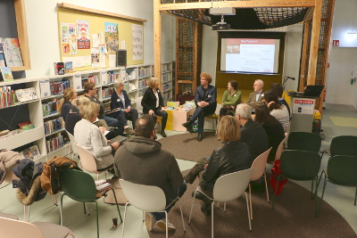 In Gruppengesprächen werden aktuelle Angebote diskutiert und neue Ideen erarbeitet