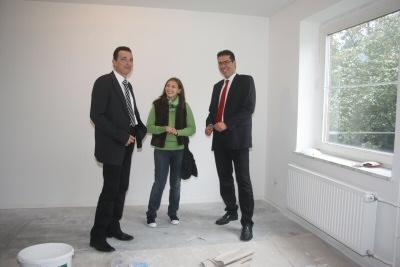 Bürgermeister Dr. Christoph Landscheidt und der Vizepräsident der Hochschule Rhein-Waal, Dr. Martin Goch, besichtigen </em><br /><em>mit einer bulgarischen Studentin die neue Studentenunterkunft an der Oststraße.